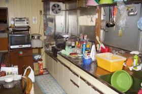 物置のせいで暗い台所