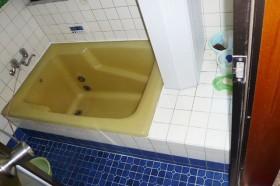 古いタイルの浴室
