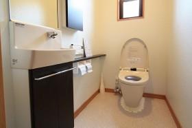 カウンター付の広いトイレ