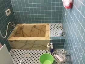 ヒートショックの危険のある冷たいタイル浴室