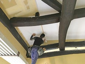 牧之原市古民家リフォーム梁を出した天井のクロス施工