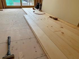 掛川市/築38年天然木リノベーション 赤松無垢床板