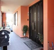サーモンピンクの玄関