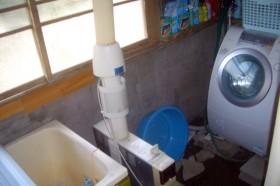 浴室の中に洗濯機